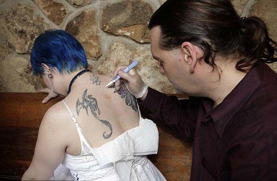 女子癡迷吸血鬼文化 竟自殘身體讓人吸血